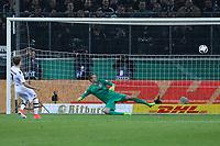 Patrick Herrmann (Borussia Mönchengladbach) trifft im Elfmeterschießen gegen Torwart Lukas Hradecky (Eintracht Frankfurt) - 25.04.2017: Borussia Moenchengladbach vs. Eintracht Frankfurt, DFB-Pokal Halbfinale, Borussia Park