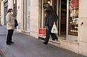 26 marzo 2020, Sassari, via Maurizio Zanfarino. Macelleria Casula. Una cliente va via con gli acquisti e una cliente in attesa del suo turno di ingresso.
