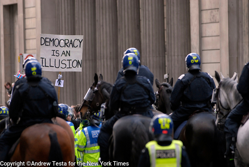 UK. London. 1st April 2009.. riot police surround demonstrators outside the bank of england.©Andrew Testa for the New York times