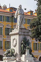 Europe/France/Provence-Alpes-Côte d'Azur/Alpes-Maritimes/Nice: Statue représentant Giuseppe Garibaldi. et Façade des Maisons Place Garibaldi //   Europe, France, Provence-Alpes-Côte d'Azur, Alpes-Maritimes, Nice: Statue of Giuseppe Garibaldi and Houses facade Place Garibaldi, Place Garibaldi is one of the oldest and the largest squares in Nice