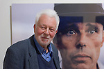 Der weltbekannte deutsche Fotograf Robert Lebeck eröffnete am 18.03.2011 seine Ausstellung in der Lumas-Galerie in Düsseldorf. Hier steht er vor seinem Portrait von Joseph Beuys. Sein Blick sucht die Menschen im Raum. / The world-renowned german photographer Robert Lebeck openend his exibition in the Lumas Gallery in Düsseldorf on 2011-03-18. Here he stands in front of his portrait of Joseph Beuys. Lebecks view seeks the other people in the room.