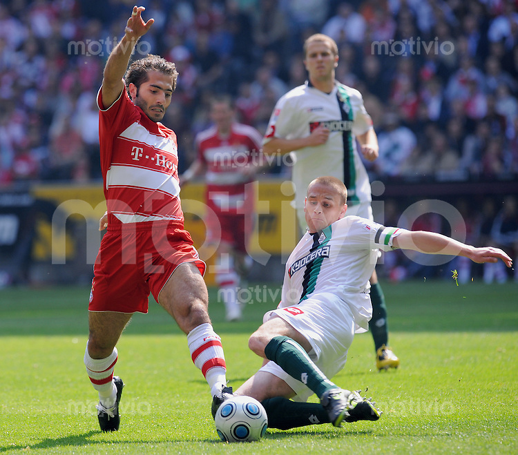 FUSSBALL   1. BUNDESLIGA   SAISON 2008/2009   30. SPIELTAG  02.05.2009 FC Bayern Muenchen  - Borussia Moenchengladbach         Hamit Altintop (li, FCB) gegen Filip Daems (Gladbach)