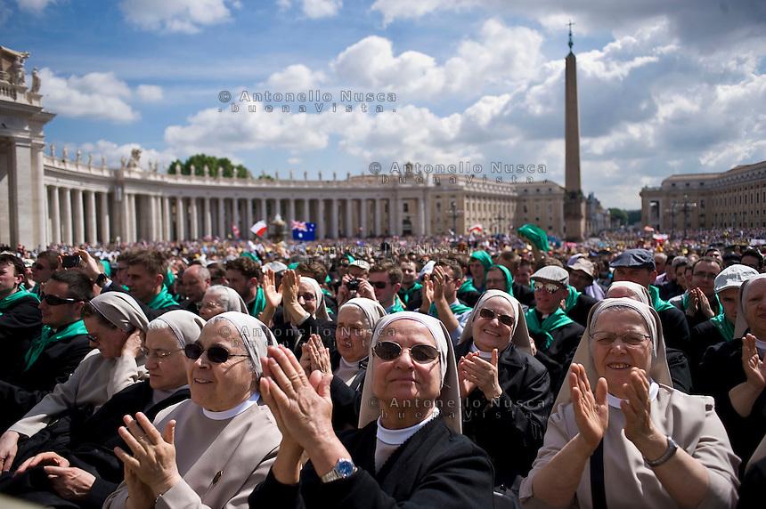 Città del Vaticano, 30 Aprile, 2014. Suore in Piazza San Pietro assistono all'Udienza Generale di Papa Francesco. Nuns attend the general audience of Pope Francis in St. Peter's Square.