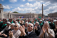 Città del Vaticano, 30 Aprile, 2014. Suore in Piazza San Pietro assistono all'Udienza Generale di Papa Francesco. Nuns attend the general audience of Pope Francis in St. Peter's Square.