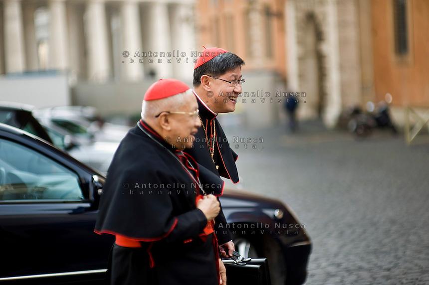 Continuano gli incontri dei cardinali per trovare l'accordo sulla data dell'inizio del Conclave che porterà all'elezione del nuovo Papa dopo le dimissioni di Benedetto XVI. Il cardinale Luis Antonio Tagle