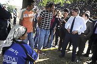 Roma, 28 Luglio 2011.Via Giorgi de Chirico.Sgombero di un insediamento di Rom romeni alla presenza del sindaco Gianni AlemannoIl sindaco con i rom