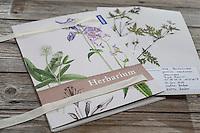 Fertige Herbarbogen, Herbarbögen werden in einer Sammelmappe gesammelt und aufbewahrt. Botanik, Botanisieren, botany, Herbar, herbaria, Herbarien, herbarisieren, herbier, Pflanzenbestimmung, Pflanzenherbar