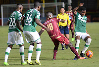 IBAGUÉ -COLOMBIA, 15-04-2017. Marco Perez (Izq) jugador de Deportes Tolima disputa el balón con Danny Rosero (Der) jugador de Deportivo Cali durante partido por la fecha 13 de la Liga Águila I 2017 jugado en el estadio Manuel Murillo Toro de la ciudad de Ibagué./ Marco Perez (L) player of Deportes Tolima vies for the ball with Danny Rosero (R) player of Deportivo Cali during match for date 13 of the Aguila League I 2017 played at Manuel Murillo Toro stadium in Ibague city. Photo: VizzorImage / Juan Carlos Escobar / Cont