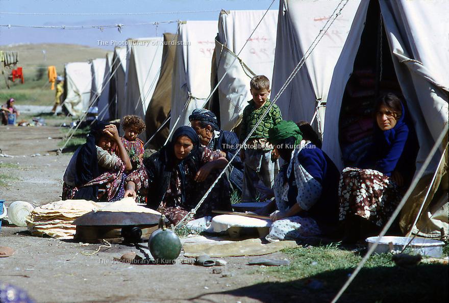 Iran 1974.Les refugies kurdes dans le camp de Ziweh.Iran 1974.In the camp of Ziweh, the Kurdish refugees.