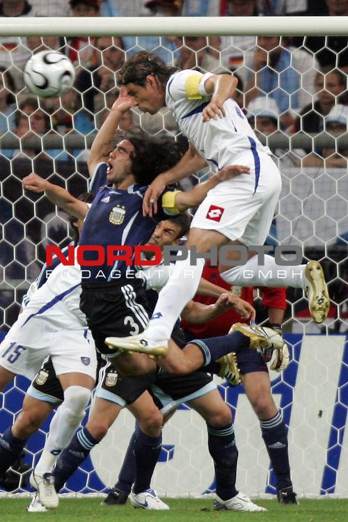 FIFA WM 2006 -  Gruppe C Vorrunde ( Group C )<br /> Play   #21 (16-Jun) - Agrentinien - Serbien / Montenegro 6:0<br /> <br /> Savo Milosevic (links) von Serbien und Montenegro im Kopfball Duell mit Juan Sorin (links) von Argentinien.<br /> <br /> Foto &copy; nordphoto