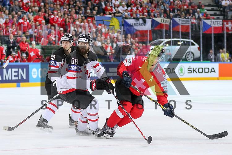 Schweizs Josi, Roan (Nr.90) und Canadas Burns, Brent (Nr.88) schauen den Schuss hinterher im Spiel IIHF WC15 Schweiz vs. Canada.<br /> <br /> Foto &copy; P-I-X.org *** Foto ist honorarpflichtig! *** Auf Anfrage in hoeherer Qualitaet/Aufloesung. Belegexemplar erbeten. Veroeffentlichung ausschliesslich fuer journalistisch-publizistische Zwecke. For editorial use only.