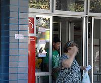 RIO DE JANEIRO, RJ, 05.06.2014 - GREVE VIGILANTES BANCOS - Ja passa de quarenta dias a greve de vigilantes de bancos do Rio de Janeiro. Na foto agencia bancaria em Jacarepagua na regiao oeste do Rio de Janeiro, nesta quinta-feira, 06. (Foto: Marcus Victorio  / Brazil Photo Press).