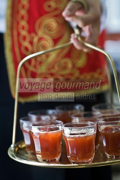Europe/Turquie/Istanbul :  Service du thé  au restaurant Asitane