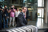 In einer nichtoeffentlichen Sondersitzung des Bundestagsausschuss fuer Verkehr und digitale Infrastruktur, am Mittwoch den 24. Juli 2019, berichtete Bundesverkehrsminister Andreas Scheuer (CSU) dem Ausschuss ueber Vertragsinhalte und moegliche Schadensersatzansprueche im Hinblick auf Kuendigungen von Vertraegen zur Infrastrukturabgabe (MAUT) in Folge des Urteils des Europaeischen Gerichtshofs (EuGH). Das Verkehrsministerium hatte, noch bevor die Einfuehrung der MAUT rechtsgueltig haette werden koenne, millionenschwere Vertraege mit Firmen abgeschlossen.<br /> Im Bild: Verkehrsminister Scheuer vor der Ausschusssitzung mit den Vertraegen.<br /> 24.7.2019, Berlin<br /> Copyright: Christian-Ditsch.de<br /> [Inhaltsveraendernde Manipulation des Fotos nur nach ausdruecklicher Genehmigung des Fotografen. Vereinbarungen ueber Abtretung von Persoenlichkeitsrechten/Model Release der abgebildeten Person/Personen liegen nicht vor. NO MODEL RELEASE! Nur fuer Redaktionelle Zwecke. Don't publish without copyright Christian-Ditsch.de, Veroeffentlichung nur mit Fotografennennung, sowie gegen Honorar, MwSt. und Beleg. Konto: I N G - D i B a, IBAN DE58500105175400192269, BIC INGDDEFFXXX, Kontakt: post@christian-ditsch.de<br /> Bei der Bearbeitung der Dateiinformationen darf die Urheberkennzeichnung in den EXIF- und  IPTC-Daten nicht entfernt werden, diese sind in digitalen Medien nach §95c UrhG rechtlich geschuetzt. Der Urhebervermerk wird gemaess §13 UrhG verlangt.]