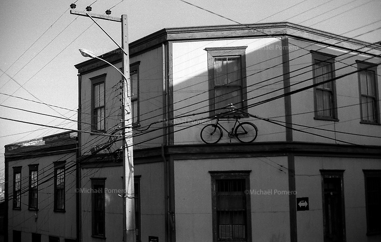 01.2010 Valparaiso(Chile)<br /> <br /> Vélo entre deux étages.<br /> <br /> Bicycle between two floors.