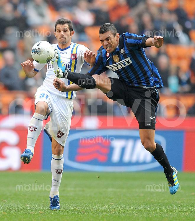 FUSSBALL INTERNATIONAL   SERIE A   SAISON 2011/2012    Inter Mailand - Chievoverona  23.10.2011 Sergio Pellissier (li, Chievoverona) gegen Lucio (Inter Mailand)