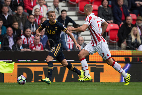 10.09.2016. Bet 365 Stadium, Stoke, England. Premier League Football. Stoke versus Tottenham Hotspur. Tottenham Hotspur forward Harry Kane runs the line with Stoke City defender Ryan Shawcross.