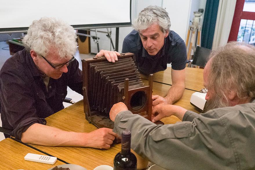 Nederland, Amsterdam, 29 juni  2013<br /> Rene Gerritsen, Peter Dellenbach en Eduard de Kam met een grote platencamera in de studio van Rene<br /> Foto(c): Michiel Wijnbergh