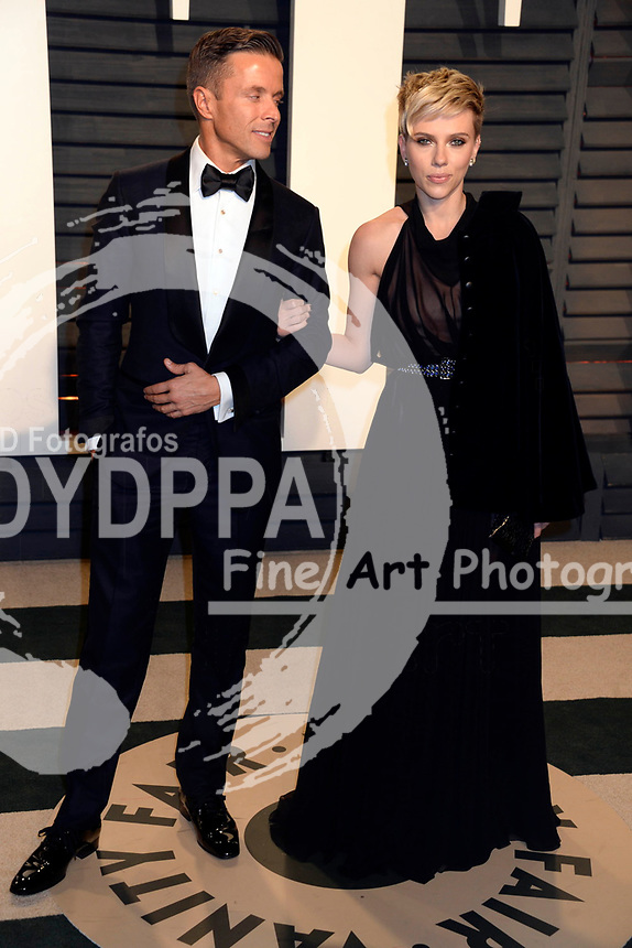 Joe Machota and Scarlett Johansson attend the 2017 Vanity Fair Oscar Party hosted by Graydon Carter at Wallis Annenberg Center for the Performing Arts on February 26, 2017 in Beverly Hills, California.