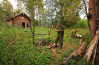 Sabit Galin and Aglam Ramujin, forest wardens, set up the camp during the honey harvest. Depending on the rainfall in September, the temperatures vary from 25°C / 77°F on sunny days to 8°C / 46°F on rainy days. At night, the temperature can fall as low as –5°C / 23°F. Then, snow covers the landscape for 6 months.