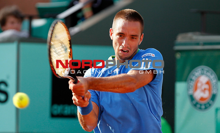 30.05.2011, Roland Garros stadium, Paris, FRA, French Open 2011, im Bild Serbia's Viktor Troicki returns the ball to Britain's Andy Murray during their fourth round match of the French Open tennis tournament, at the Roland Garros stadium in Paris, Monday, May 30, 2011<br /> (foto: Srdjan Stevanovic/Starsportphoto &copy;)