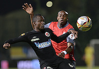 BOGOTÁ -COLOMBIA, 20-01-2015. Pablo Escobar (Izq) jugador del Cúcuta Deportivo disputa el balón con Wilson Carpintero (Der) de Deportes Quindio durante partido por la fecha 3 de los cuadrangulares de ascenso Liga Aguila 2015 jugado en el estadio Metropolitano de Techo de la ciudad de Bogotá./ Pablo Escobar (L) player of Cucuta Deportivo vies for the ball with Wilson Carpintero (R) player of Deportes Quindio during match for the third date of the promotional quadrangular Aguila League 2015 played at Metropolitano de Techo stadium in Bogotá city. Photo: VizzorImage/ Gabriel Aponte / Staff