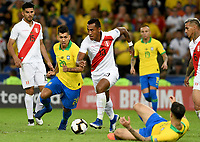RIO DE JANEIRO – BRASIL, 7-07-2019: Barbosa De Oliveira de Brasil disputa el balón con Tapia Cortijo de Perú durante partido por la final de la Copa América Brasil 2019 entre Brasil y Perú jugado en el Maracá. / Barbosa De Oliveira  of Brazil vies for the ball with Tapia Cortijo of Peru during the Copa America Brazil 2019  final match between Brasil and Peru played at Maracana stadium in Rio de Janeiro, Brazil. Photos: VizzorImage / Cristian Álvarez / Cont /
