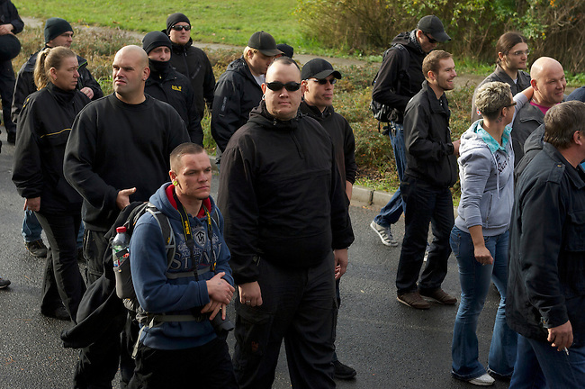Rechte Buerger aus Berlin Hellersdorf demonstrieren am Samstag den 26. Oktober 2013 gemeinsam mit Neonazis der NPD und der Partei &quot;Die Rechte&quot; unter dem Motto: &quot;Tag der Meinungsfreiheit&quot; gegen ein Fluechtlingsheim in Berlin-Hellersdorf.<br />Gegendemonstranten blockierten die Demonstration mit einer Sitzblockade, so dass die Rechten ihren Marsch abbrechen mussten.<br />Im Anschluss meldeten die Neonazis eine weitere Demonstration an. Auch hier versuchten Gegendemonstranten den Aufmarsch mit Sitzblockaden zu verhindern, wurden jedoch von der Polizei mit Gewalt von der Strasse gebracht und eingekesselt.<br />Im Bild: Bildmitte mit Sonnenbrille: Mitglied der &quot;Weissen Woelfe Terror-Crew&quot; Thueringen.<br />Links: Gesine Hennrich, Mitglied der Partei &quot;Die Rechte&quot;, ex NPD.<br />26.10.2013, Berlin<br />Copyright: Christian-Ditsch.de<br />[Inhaltsveraendernde Manipulation des Fotos nur nach ausdruecklicher Genehmigung des Fotografen. Vereinbarungen ueber Abtretung von Persoenlichkeitsrechten/Model Release der abgebildeten Person/Personen liegen nicht vor. NO MODEL RELEASE! Don't publish without copyright Christian Ditsch/version-foto.de, Veroeffentlichung nur mit Fotografennennung, sowie gegen Honorar, MwSt. und Beleg. Konto:, I N G - D i B a, IBAN DE58500105175400192269, BIC INGDDEFFXXX, Kontakt: post@christian-ditsch.de.<br />Urhebervermerk wird gemaess Paragraph 13 UHG verlangt.]