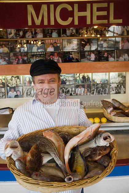 """Europe/France/Provence-Alpes-Côte d'Azur/13/Bouches-du-Rhône/Marseille:Restaurant  Michel """"Brasserie des Catalans"""" ,Michel présente les poissons pour la bouillabaisse"""