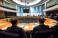 1. Sitzung des Unterausschusses des Verteidigungsausschusses des Deutschen Bundestag als 1. Untersuchungsausschuss am Donnerstag den 14. Februar 2019.<br /> In dem Untersuchungsausschuss zur Berateraffaere soll auf Antrag der Fraktionen von FDP, Linkspartei und Buendnis 90/Die Gruenen der Umgang mit externer Beratung und Unterstuetzung im Geschaeftsbereich des Bundesministeriums fuer Verteidigung aufgeklaert werden. Anlass der Untersuchung sind Berichte des Bundesrechnungshofs ueber Rechts- und Regelverstoesse im Zusammenhang mit der Nutzung derartiger Leistungen.<br /> Einziger Tagesordnungspunkt war die Konstituierung des Unterausschusses als Untersuchungsausschuss.<br /> Im Bild: Zwei Vetreter des Bundesverteidigungsministerium.<br /> 14.2.2019, Berlin<br /> Copyright: Christian-Ditsch.de<br /> [Inhaltsveraendernde Manipulation des Fotos nur nach ausdruecklicher Genehmigung des Fotografen. Vereinbarungen ueber Abtretung von Persoenlichkeitsrechten/Model Release der abgebildeten Person/Personen liegen nicht vor. NO MODEL RELEASE! Nur fuer Redaktionelle Zwecke. Don't publish without copyright Christian-Ditsch.de, Veroeffentlichung nur mit Fotografennennung, sowie gegen Honorar, MwSt. und Beleg. Konto: I N G - D i B a, IBAN DE58500105175400192269, BIC INGDDEFFXXX, Kontakt: post@christian-ditsch.de<br /> Bei der Bearbeitung der Dateiinformationen darf die Urheberkennzeichnung in den EXIF- und  IPTC-Daten nicht entfernt werden, diese sind in digitalen Medien nach §95c UrhG rechtlich geschuetzt. Der Urhebervermerk wird gemaess §13 UrhG verlangt.]