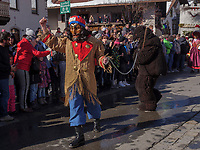 Bär und Bärentreiber beim Umzug Nassereither Schellerlauf, Fasnacht in Nassereith, Bezirk Imst, Tirol, Österreich, Europa, immaterielles UNESCO Weltkulturerbe<br /> bear and drover at parade of  Nassereither Schellerlauf-Fasnacht, Nassereith, Tyrol, Austria Europe, Intangible World Heritage