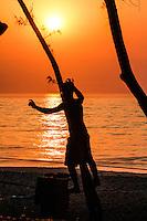 RIO DE JANEIRO 14.02.2014 - Jovem pratica slackline ao amanhecer desta sexta-feira na praia do Recreio, zona oeste da cidade, que terá mais um dia de sol e calor. (Foto: Néstor J. Beremblum / Brazil Photo Press)