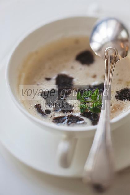 Europe/Suisse/Saanenland/Gstaad:  Crème de châtaignes avec gruyère et truffe, recette de  Urs Gschwend, du restaurant Prado, au Grand Hôtel Bellevue,