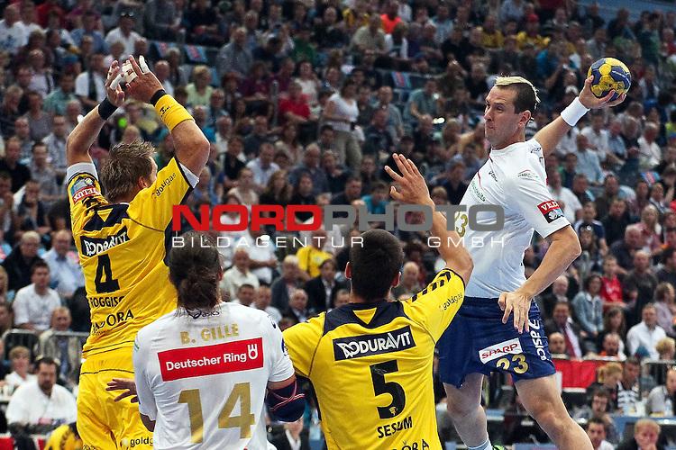 29.05.2011,  Lanxess Arena, Koeln, GER, EHF Final 4, Rhein-Neckar Löwen (GER) vs. HSV Hamburg (GER), Spiel um Platz 3, im Bild:  Pascal Hens (Hamburg #23) (R) wirft gegen Oliver Roggisch (Rhein-Neckar #4) (L) und Zarko Sesum (Rhein-Neckar #5) (R) Foto © nph / Mueller