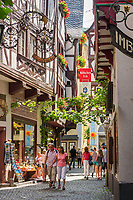 Deutschland, Rheinland-Pfalz, Moseltal, Bernkastel-Kues: Stadtteil Bernkastel, Altstadtgasse | Germany, Rhineland-Palatinate, Moselle Valley, Bernkastel-Kues: districct Bernkastel, old town lane