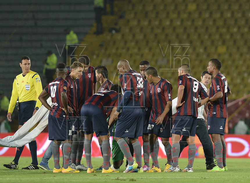 BOGOTÁ -COLOMBIA, 21-01-2015. Jugadores de Unión Magdalena conversan al final del primer tiempo en el partido contra Cortulua por la fecha 3 de los cuadrangulares de ascenso Liga Aguila 2015 jugado en el estadio El Campín de la ciudad de Bogotá./ Players of Union Magdalena talk at the end of first time of the match against Cortulua for the third date of the promotional quadrangular Aguila League 2015 played at El Campin stadium in Bogotá city. Photo: VizzorImage/ Gabriel Aponte / Staff