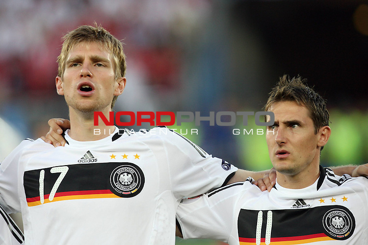 UEFA Euro 2008 Group B Match 20 Wien - Ernst-Happel-Stadion. &Ouml;sterreich ( AUT ) - Deutschland ( GER ) 0:1 (0:0). <br /> Per Mertesacker ( Germany / Verteidiger / Defender / Werder Bremen #17 ) und Miroslav Klose ( Germany / Angreifer / Forward / Bayern Muenchen #11 ) (l-r) vor Spielbeginn bei der Nationalhymne.<br /> Foto &copy; nph (  nordphoto  )