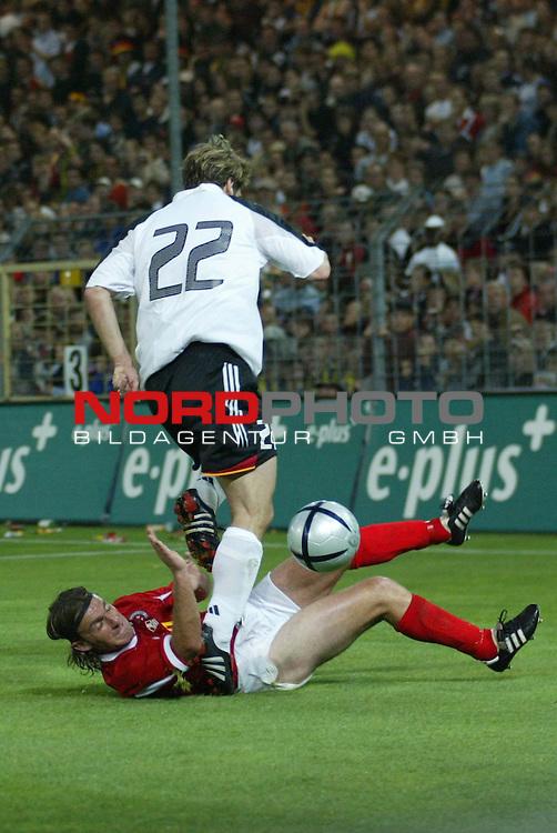 Fussball Laenderspiel EM-Vorbereitung<br /> <br /> Deutschland vs. Malta <br /> <br /> Antoine Zahra (Hibs) und Torsten Frings<br /> <br /> Foto &copy; nordphoto/Guenter Schroeder  *** Local Caption *** Foto ist honorarpflichtig! zzgl. gesetzl. MwSt<br /> Belegexemplar erforderlich<br /> Adresse: nordphoto<br /> Georg-Reinke-Strasse 1<br /> 49377 Vechta