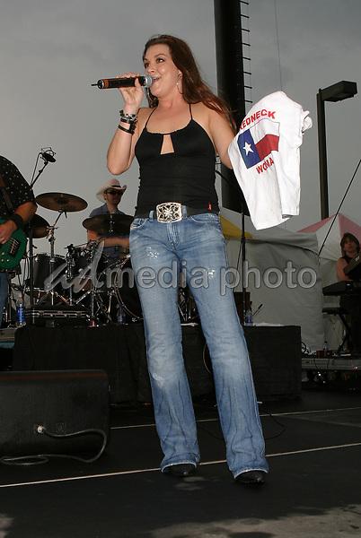 June 12th, 2004:  Nashville, TN, USA: CMA Music Festival Convention RiverFront Stages Day 3.  Gretchen Wilson Performs.  Mandatory Photo Credit:  Ferguson/Admedia (c) Kevin Ferguson/2004