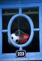 Europe/France/Auvergne/63/Puy-de-Dôme/La Bourboule: ballons de football à la fenêtre