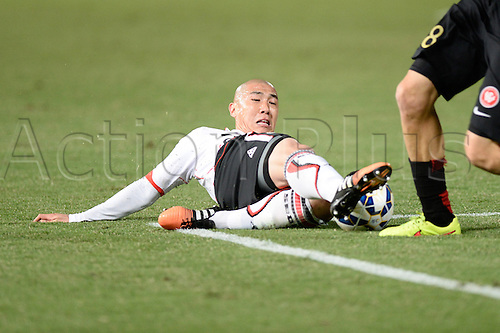 07.04.2015. Sydney, Australia. AFC Champions League. Western Sydney Wanderers v FC Seoul. Seoul defender Cha Du-ri stretches to win the ball.