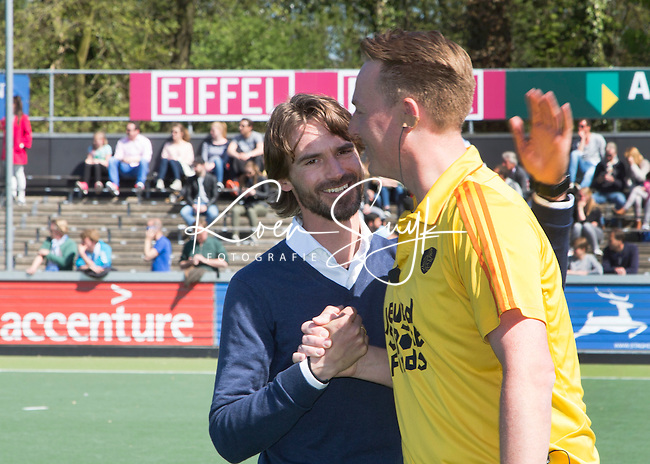 AMSTELVEEN - HOCKEY - Coen van Bunge met coach Alexander Cox van Kampong voor  de beslissende halve finalewedstrijd van de Play offs tussen Amsterdam en Kampong (3-1). COPYRIGHT KOEN SUYK