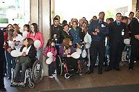 SAO PAULO, 9/07/2012 - ALTA PEDRO LEONARDO. Pedro Leonardo deixou na tarde desta segunda-feira 9 o Hospital Sirio libanês região central da capital, após ter ficado dois meses internado.<br /> na foto populares aguardavam pela saida de pedro<br /> FOTO VAGNER CAMPOS BRAZIL PHOTO PRESS