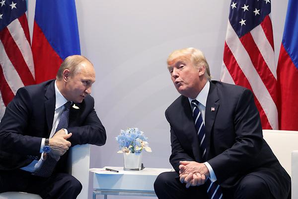FET38 HAMBURGO (ALEMANIA) 02/08/2017.- Fotografía de archivo que muestra al presidente ruso, Vladímir Putin (i), junto a su homólogo estadounidense, Donald Trump (d), durante su reunión en el marco de la cumbre de los líderes del G20 en Hamburgo (Alemania) el 7 de julio de 2017. El presidente Donald Trump firmó hoy, 2 de agosto de 2017, un proyecto de ley aprobado por el Congreso que endurece las sanciones contra Rusia debido a su supuesta interferencia en las elecciones de 2016, sus acciones en Ucrania y en Siria y sus violaciones de derechos humanos. EFE/Michael Klimentyev CRÉDITO OBLIGATORIO