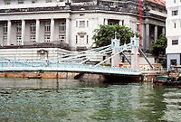 Singapore: Pedestrian Bridge, Singapore River. Photo '82.