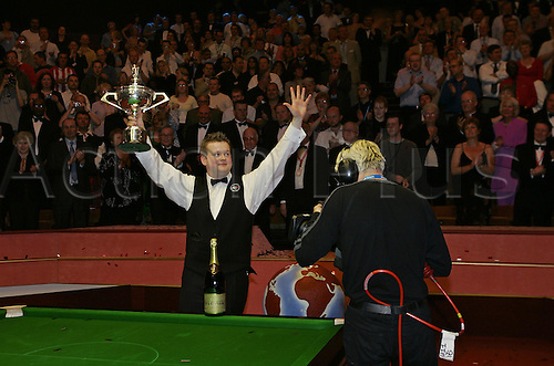2 May 2005: English player Shaun Murphy holds the trophy and waves to the crowd after victory against Stevens in the Final of the Embassy World Snooker Championships held at the Crucible Theater, Sheffield. Murphy who was a 150-1 outsider at the start of the tournament became the first qualifier to win the world title since 1979 by beating Stevens 18-16 in the final. Photo: Neil Tingle/Action Plus..050502 tv media camera