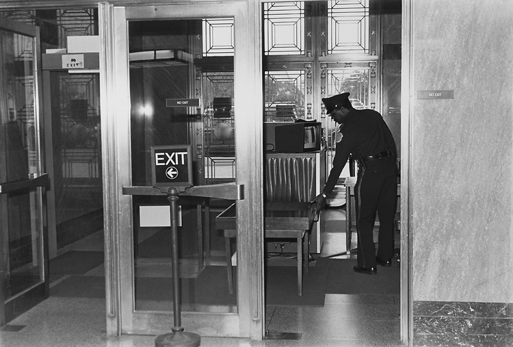 Dirksen Senate Office Building security on Nov, 14, 1991. (Photo by Chris Ayers/CQ Roll Call via Getty Images)