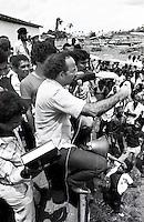 Deputado estadual Paulo Fontelles faz discurso a trabalhadores rurais. <br /> Xambioá-Pará-Brasil.<br /> Foto:Paulo Santos/ Interfoto<br /> 1983<br /> Negativo PxB Nº1652 F15 T1 FC006