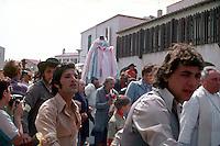 24-25 MAG 1978 - Saintes Maries de la Mer (Camargue):  raduno annuale internazionale di zingari provenienti da tutta Europa in occasione della festa di santa Sara, loro patrona.MAY 24-25 1978 -  Saintes Maries de la Mer (Camargue): annual gathering of the gypsies coming from all over Europe to venerate their patron saint, Sarah.