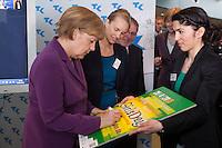 Berlin, Bundeskanzlerin Angela Merkel (CDU, l.) am Mittwoch (24.04.13) in Bundeskanzleramt in Berlin anlaesslich Girls Day (Maedchen-Zukunftstag).